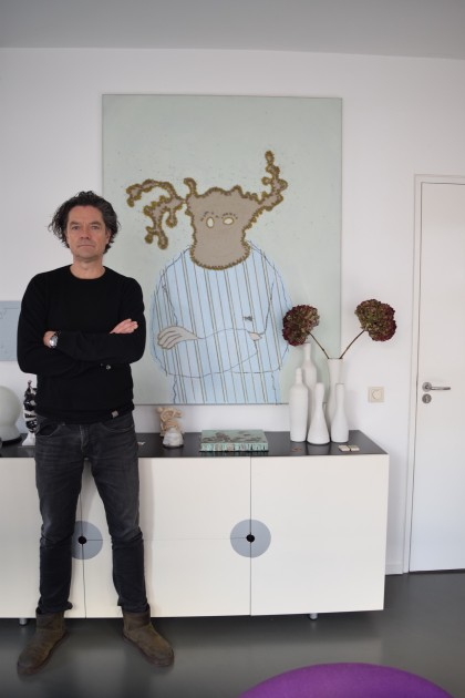 Henk Drosterij in front of a piece by Michael Raedecker. Courtesy of Henk Drosterij.