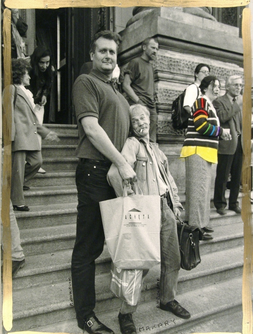 Paweł Kowalewski and Makary (Andrzej Wielogórski from Łódź Kaliska ) on the stairs of  Zachęta – National Art Gallery in Poland, 1987. Photo: Zygmunt Rytka. Courtesy of Paweł Kowalewski.
