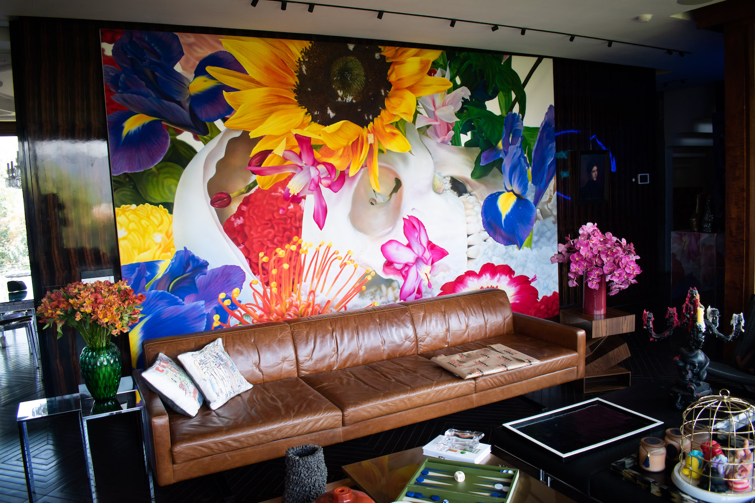 """The living room brightened by Marc Quinn, """"Easter Island"""". Photo: Andrés Herrera. Courtesy of Juan Yarur."""