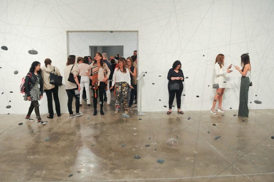 Vilos, 1981/2015, Installation, Elastic thread, stones and wire. Courtesy of CIFO | Cisneros Fontanals Art Foundation. Photo: Julio Kamara.