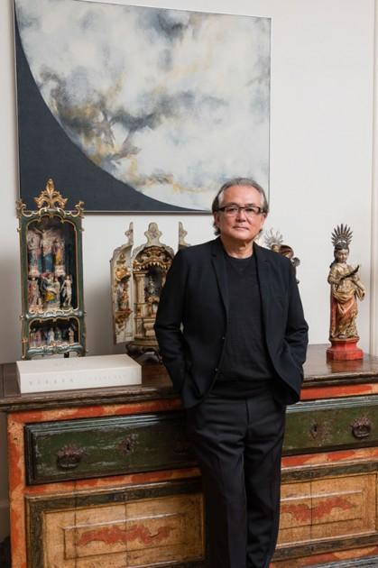 Tomie Ohtake painting, XVIII centuri Barroco furniture (Arcaz) and some Saint's. Photo: Fernando Chaves. Courtesy of Ricard Akagawa.