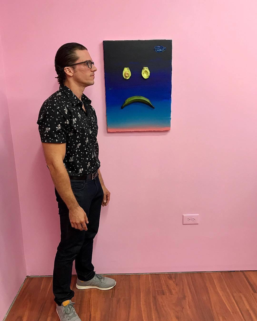 Omar Velázquez at the show La Mano del Pescao que Guinda at Zawahra Alejandro gallery in Santurce, Puerto Rico (2017). Courtesy of Antonio Castro Barreto.