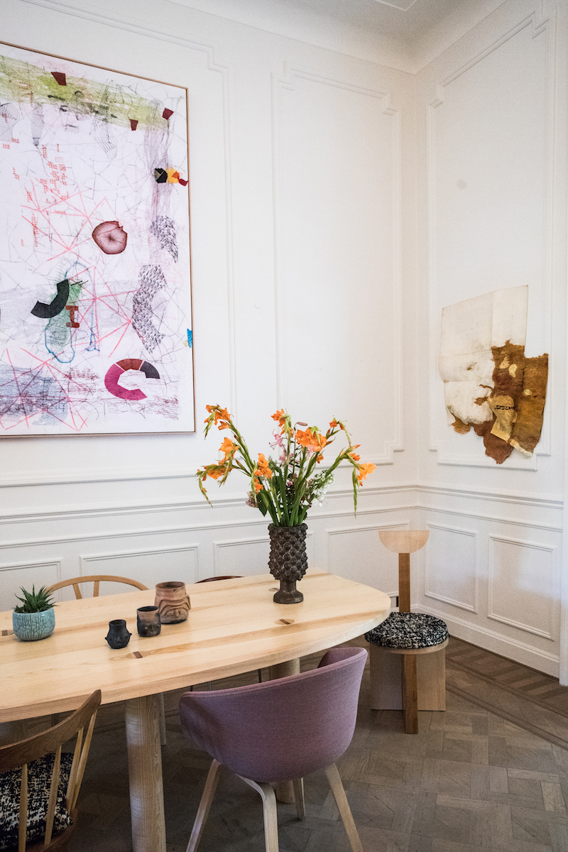 From left to right on the wall: La locura del ver, 2017 by José Maria Sicilia and Sans Titre, 2017 by Cathryn Boch. Table and chair by Benoît Maire. Photo: Laetizia Debain. Courtesy of Nathalie Guiot.