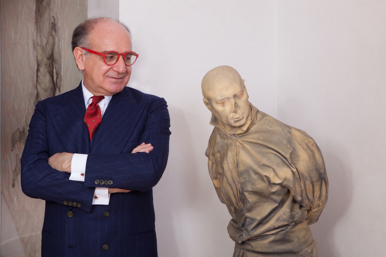 Giuseppe Iannaccone next to Juan Muñoz, Pelotaris (Yellow Eyes), 1999. Courtesy of Giuseppe Iannaccone.