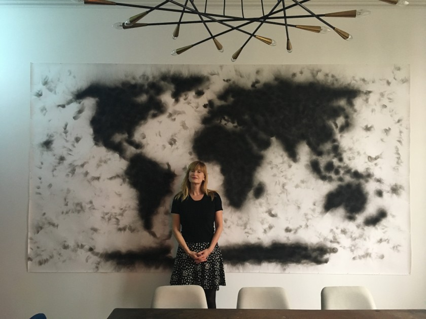 Sandra Hegedüs in front of a work by Mirca Cantor. © DR