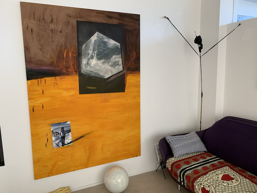 A piece by Tobias Spichtig on the left; on the floor: Michael E. Smith; and on the right, a work by Anne Imhof. Courtesy of Sébastien Peyret.