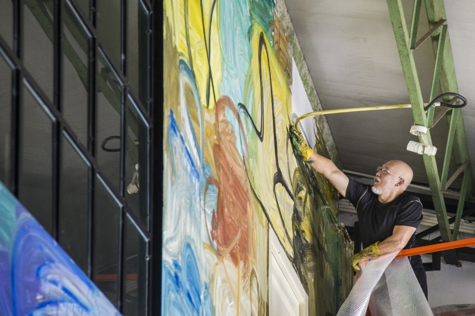 Zhang Enli is creating an on-site artwork at Qiao Space. Copyright by Qiao Space.