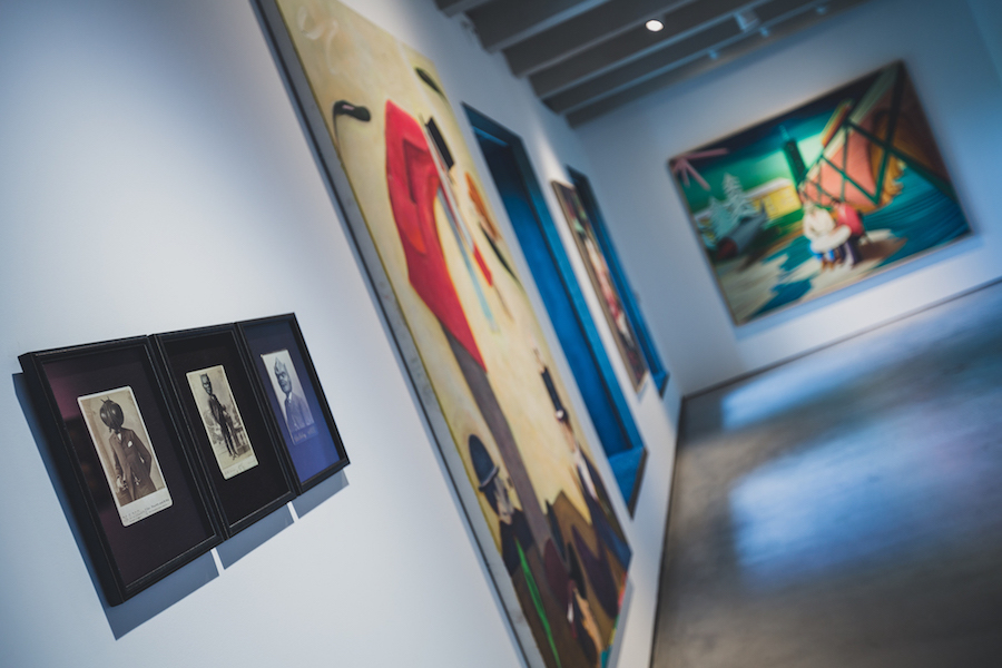 Main hall with works by Ryan Mosley and Mihael Milunovic. Courtesy of Espacio SOLO.