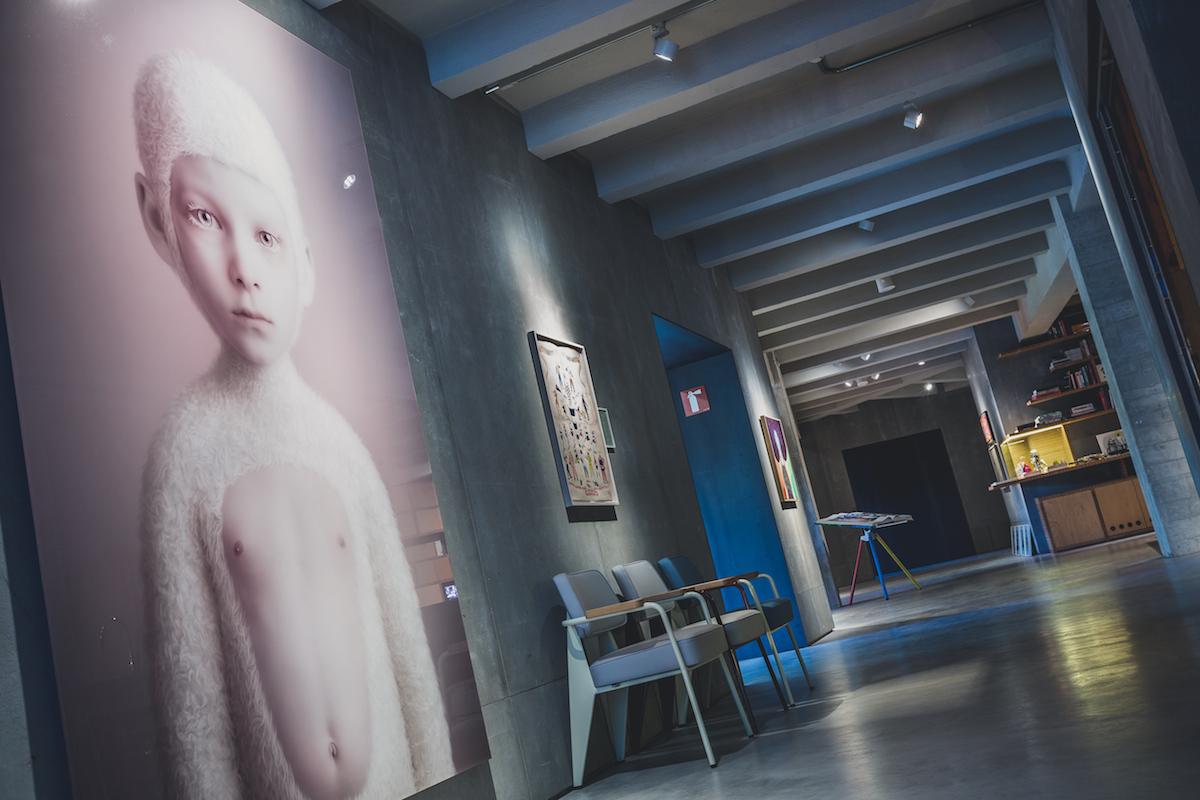 Another corridor with Oleg Dou's artwork. Courtesy of Espacio SOLO.