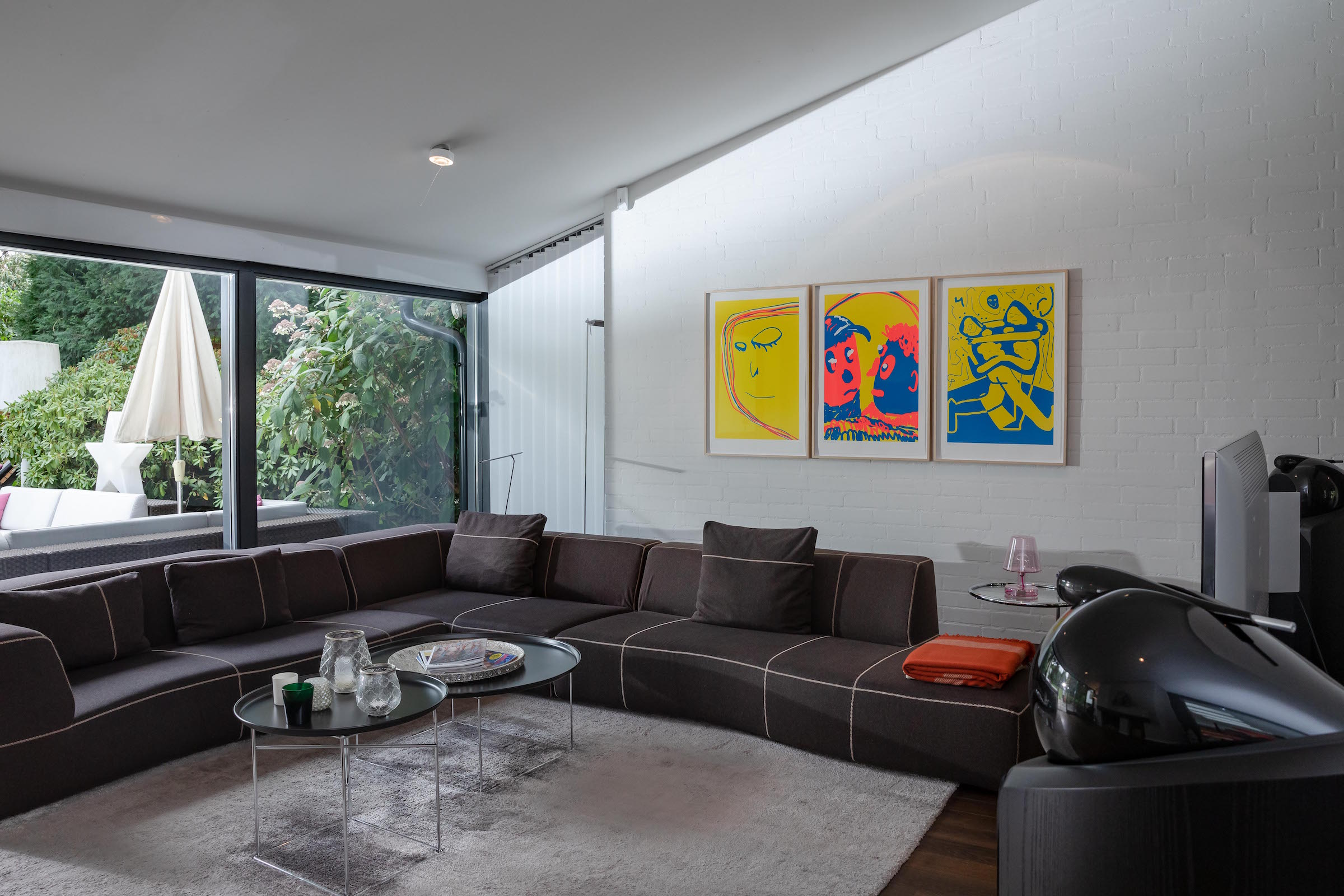 In the living room: Austin Lee, Alight, 2017. Furniture: Sofa Bend and tables by B&B Italia. Courtesy of Collection von Kelterborn.
