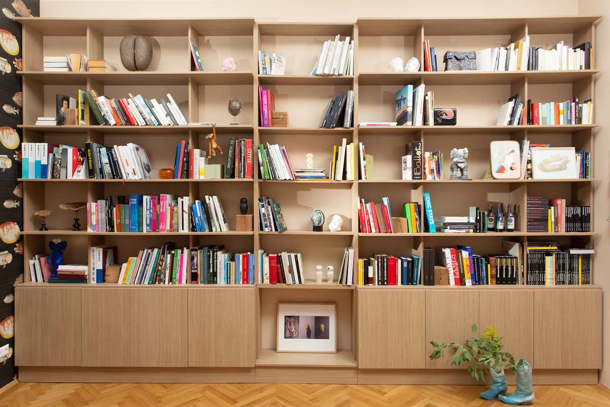 Various works scattered over the bookshelf by Sarah Ortmeyer & Kerstin Brätsch, Roy Mordechay, Jérémy Paul, Wolfgang Tilmans, and Susi Gelb. Courtesy of Nina Gscheider and Franz Ihm.